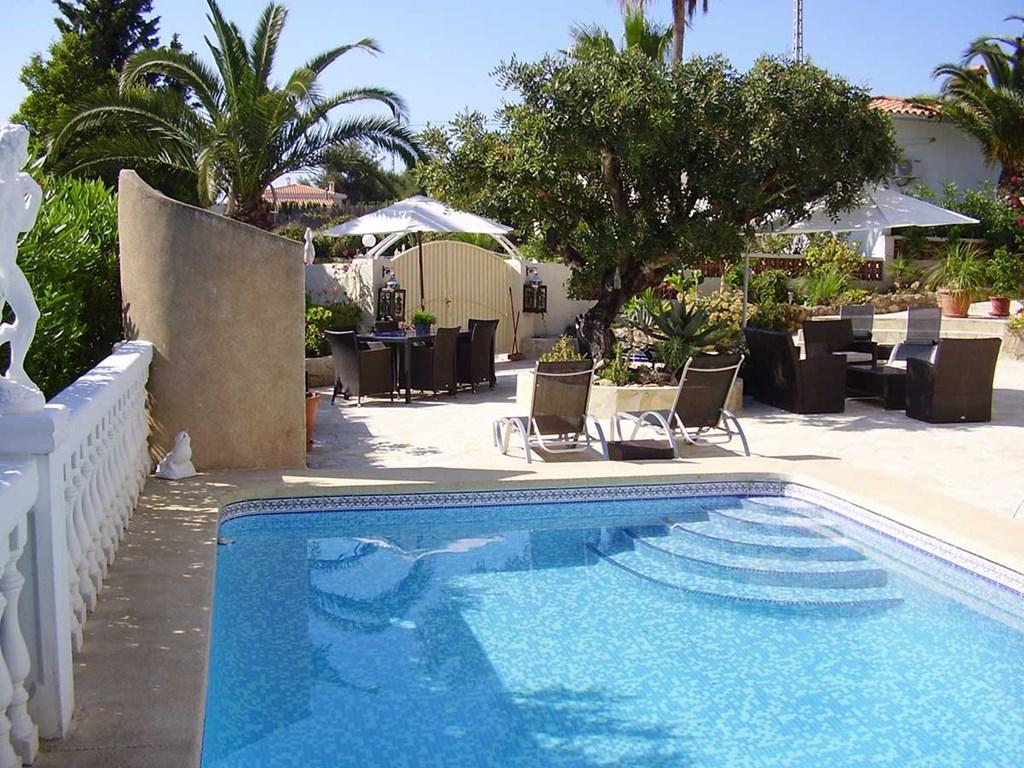 Residence Bougainville is een charmante villa met 3 vakantie-appartementen. Appartement B  ligt direct aan het zwembad. Boek nu!!!
