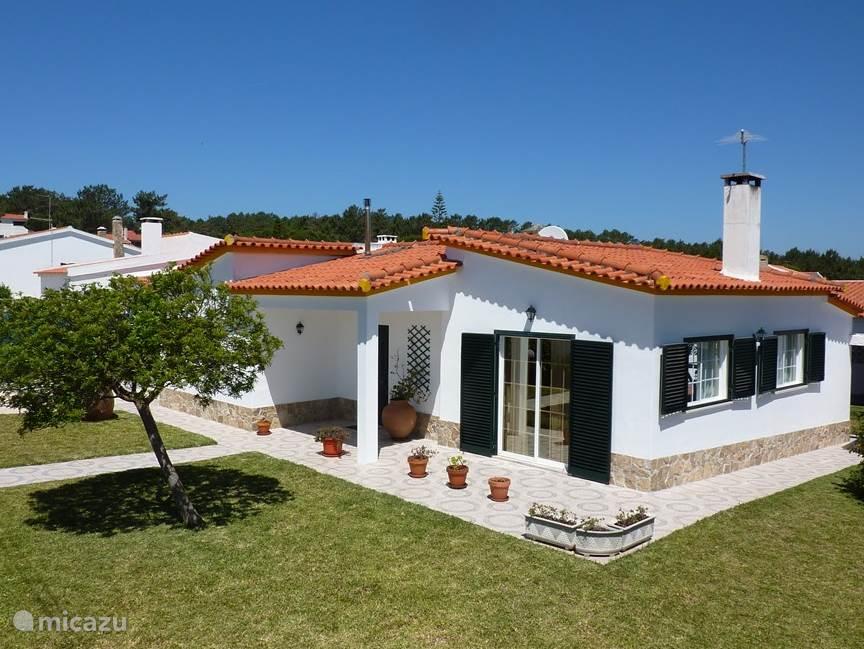 Deze typische Portugese woning met privézwembad is gelegen in een van de mooiste gebieden van Portugal.Bijna direct aan de zee en aan een grote lagoon.