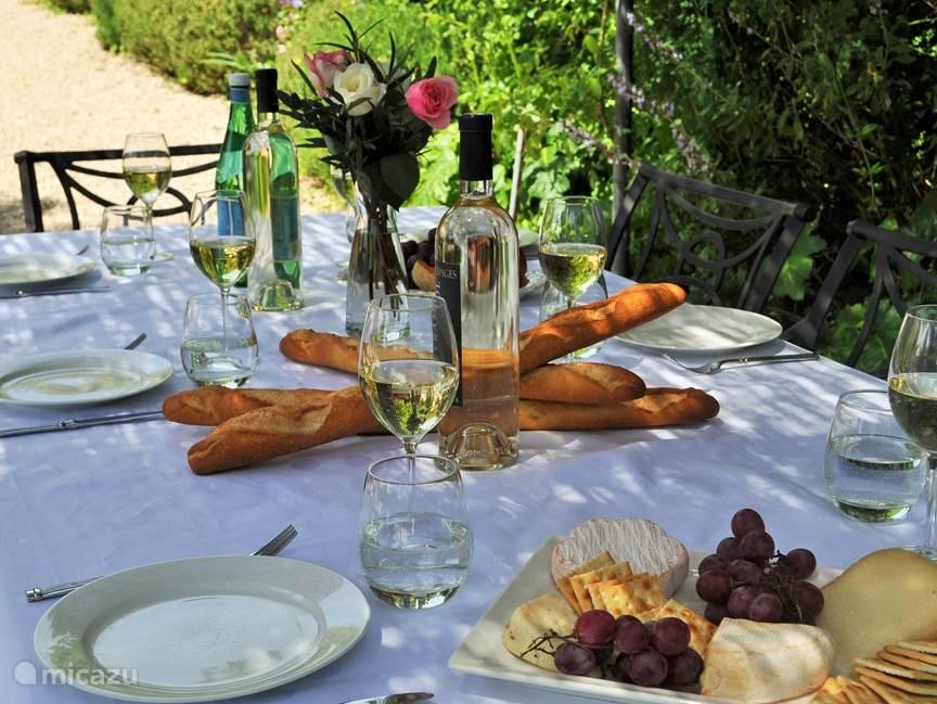 Aan de buitentafel kunt u 's ochtends in de schaduw ontbijten (verse croissants zijn op loopafstand te koop  bij de lokale bakker) en aan het eind van de dag schijnt hier heerlijk de zon. Ideaal om te borrelen of met de hele familie gebruik te maken van de BBQ.