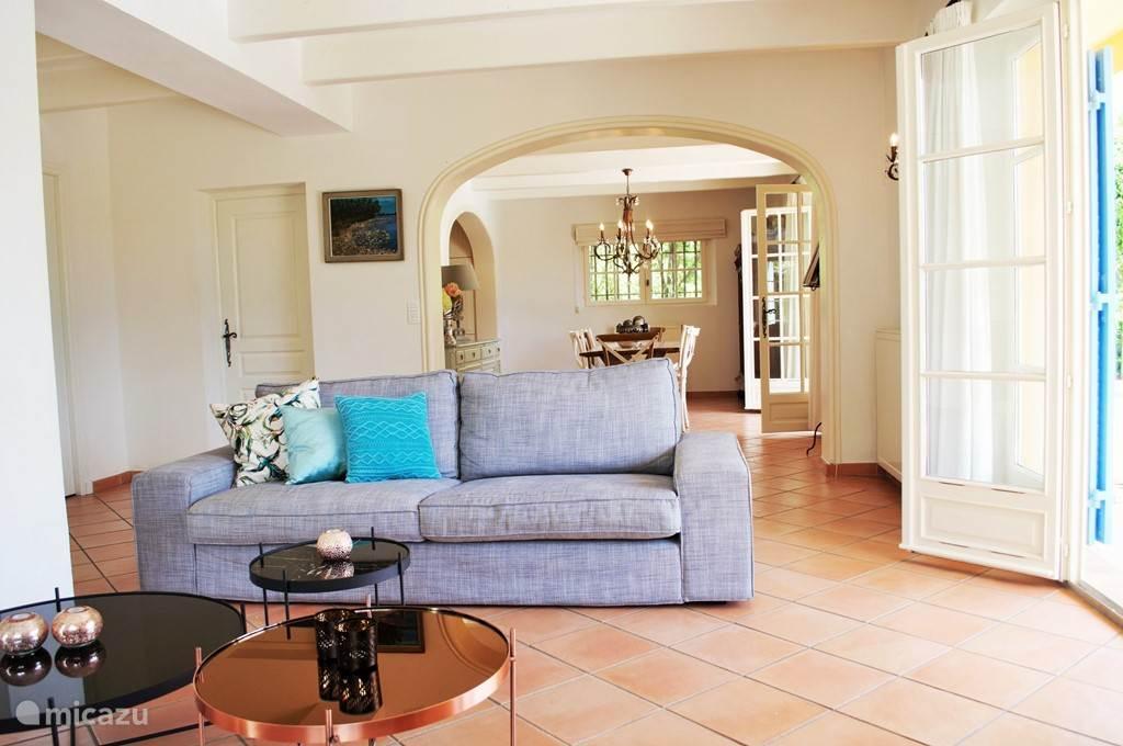 In het gehele huis en op het terras is wifi internet aanwezig. In de woonkamer staat een DVD en digitale satelliet tv.