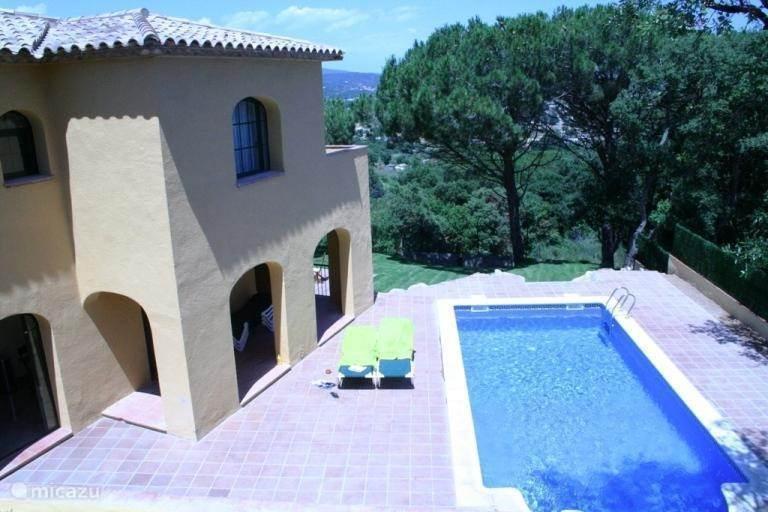 Het zwembad en terras