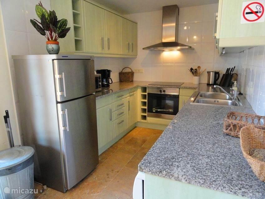 Complete keuken met alle gebruikelijke apparatuur.