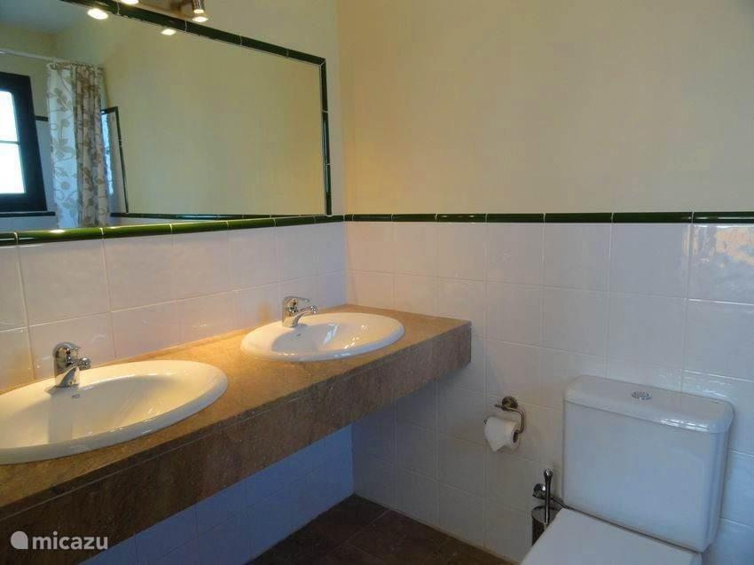 Frisse en heldere afwerking in de badkamers. Gegarandeerd schoon!
