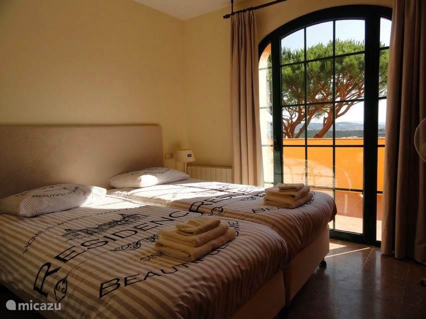 Middelste slaapkamer boven - A/C - balkondeur - kast
