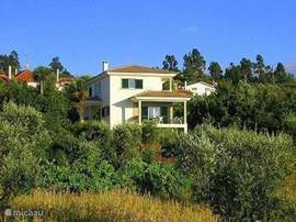 In het 'groene hart' van Portugal vindt u onze prachtig gelegen ruime villa (2007). Het huis ligt aan de rand van het dorpje Sao Cosmado en heeft een schitterend uitzicht over de omgeving. Het gebied wordt gekenmerkt door kleine akkertjes, wijngaarden en bossen. Vlakbij ligt een stadje met winkels,