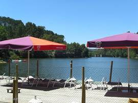 Op enkele km's van het huis ligt het meer van Fagilde. Heerlijk zwemmen of genieten van de zon en een drankje.