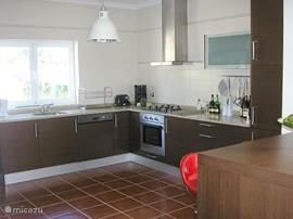Moderne ruime keuken. Vries/koelkast, afwasmachine, oven, magnetron, mixer enz. aanwezig.