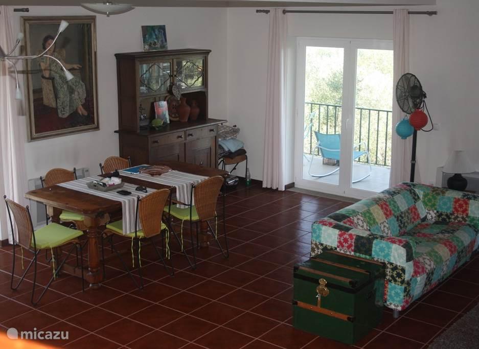 Lichte ruime eetkamer met plaats voor 6/8 personen. Kamer geeft toegang tot veranda.