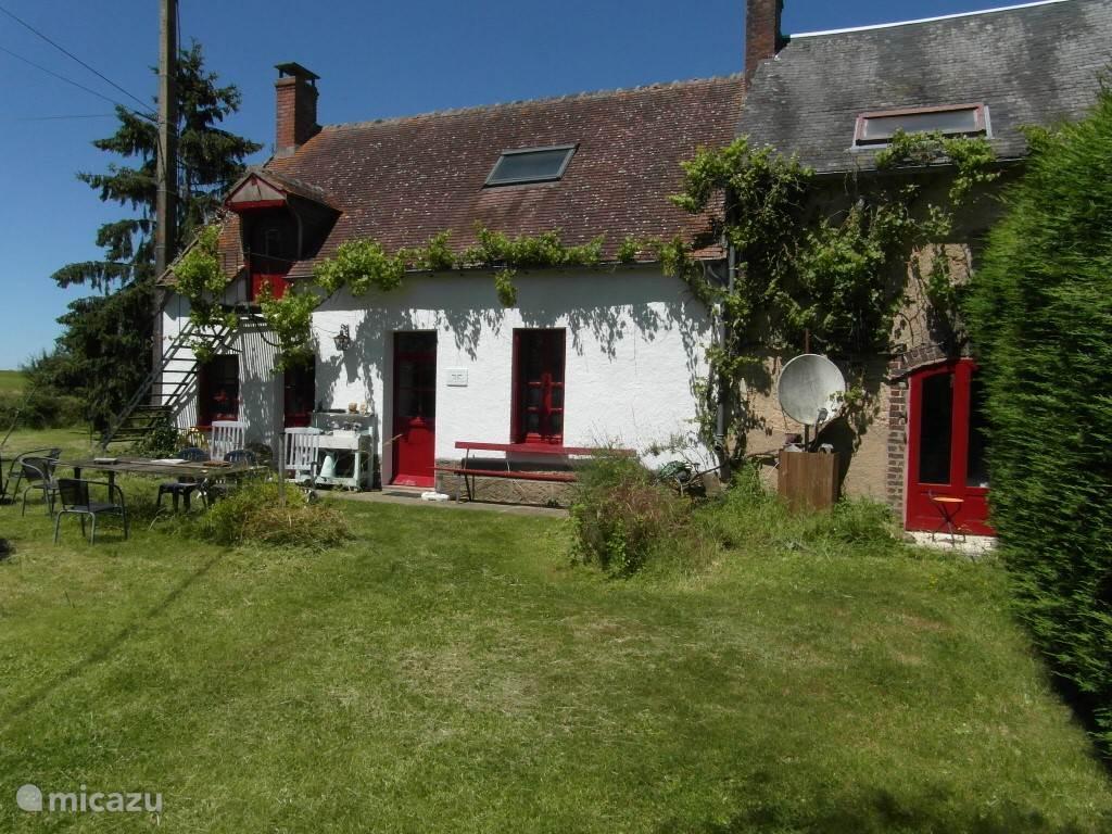 Hoofd foto voorkant huis met de slaapkamer ingang.