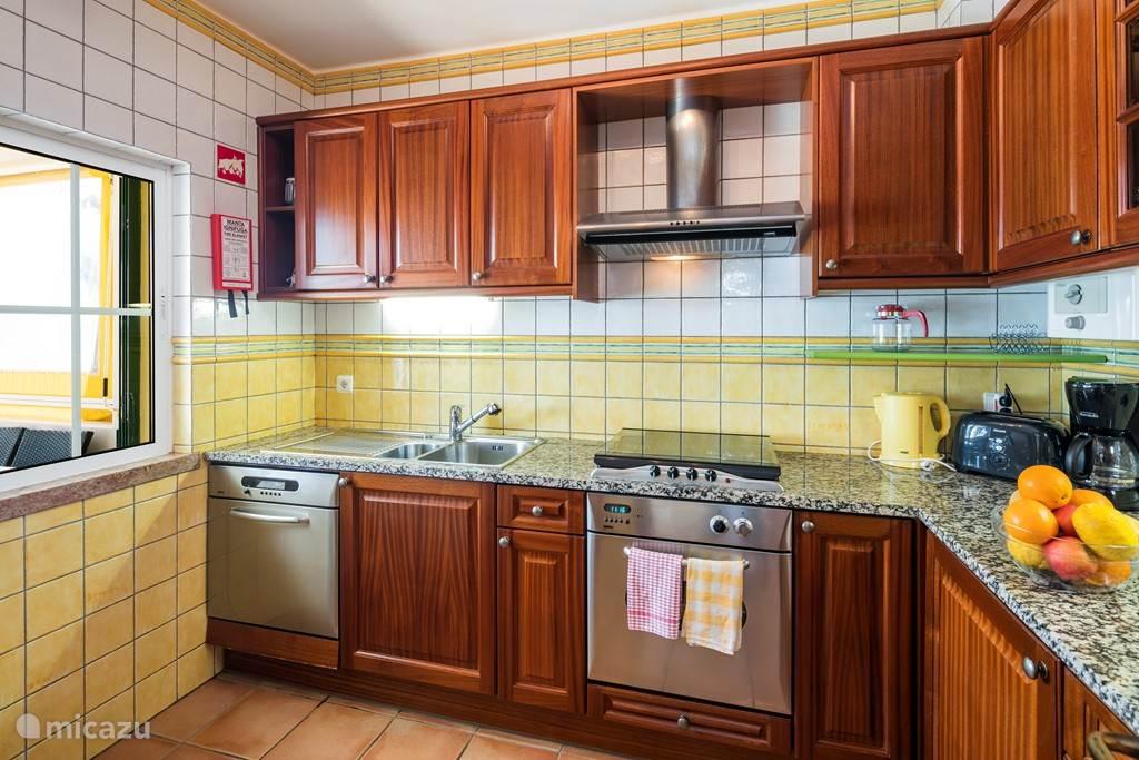 De keuken is uitgerust met een vaatwasser, een wasmachine, een droger, magnetron en een koelkast met vriesgedeelte.