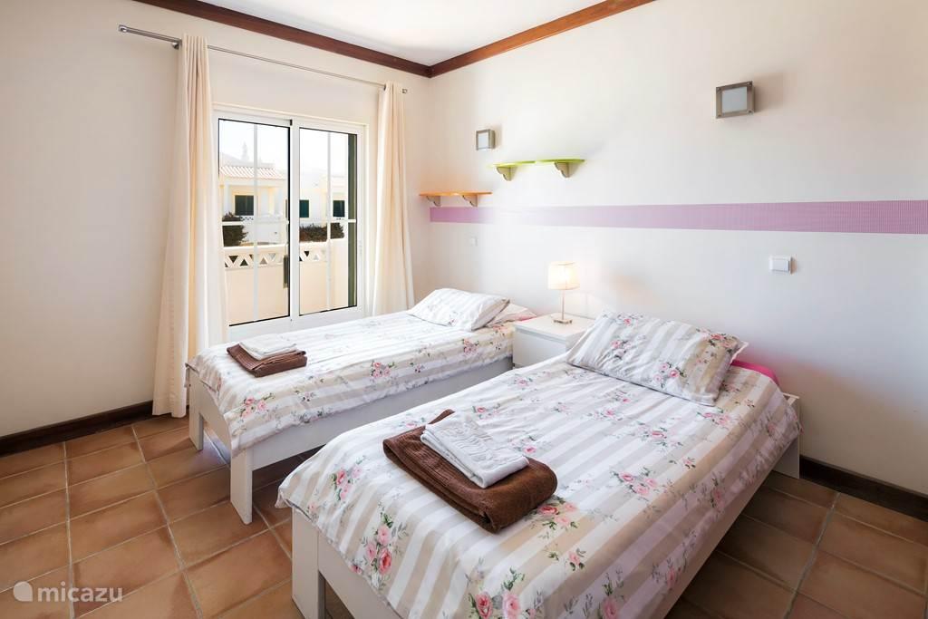 Slaapkamer 2 met twee enkele bedden