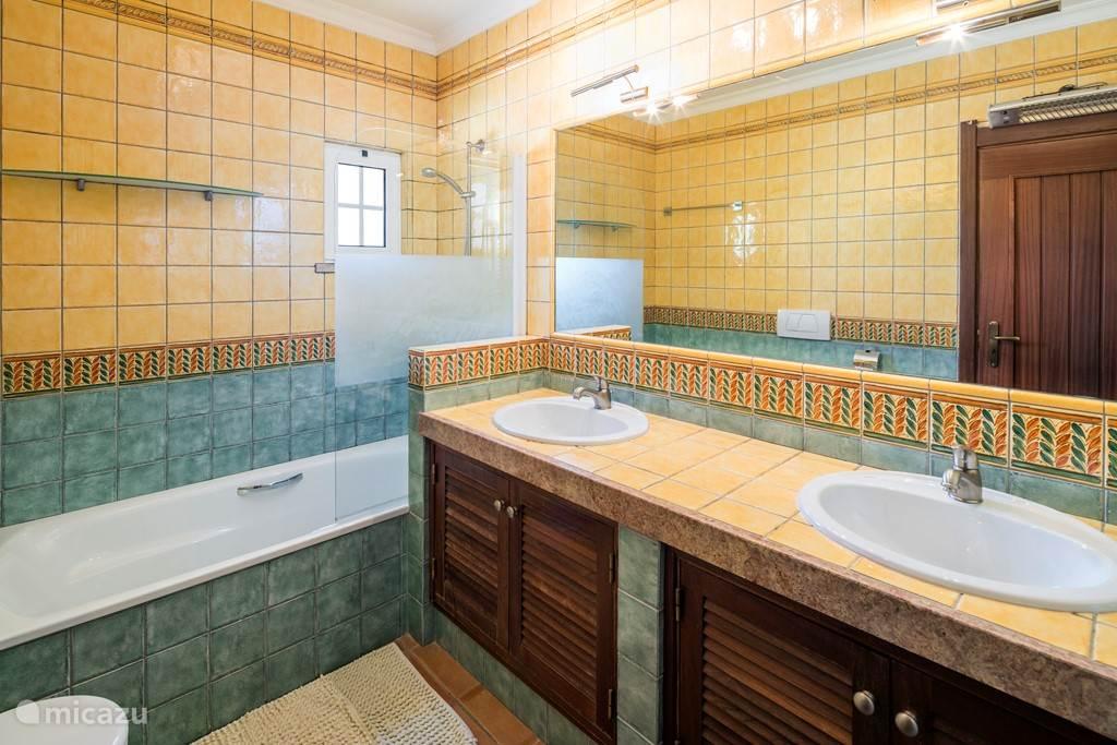 De badkamer ensuite van de hoofdslaapkamer
