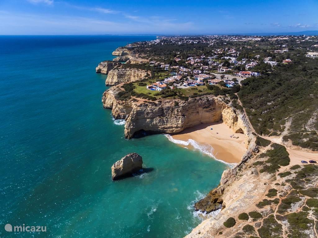 Het Carvalho strand ligt op slechts 5 minuten lopen.