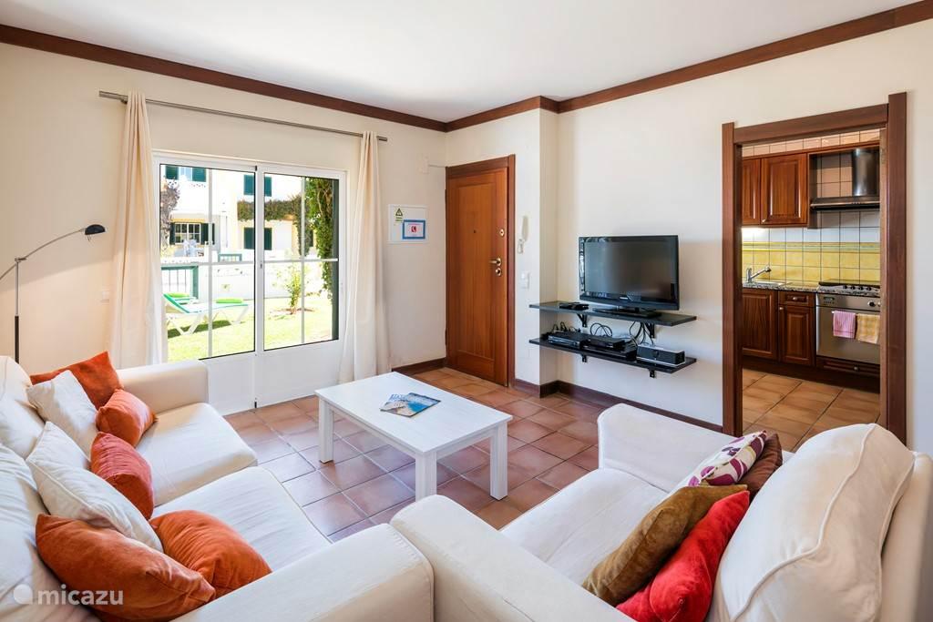De woonkamer is voorzien van air-conditioning, WiFi. U kunt ook alle Nederlandse en Duitse zenders ontvangen