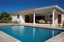 De villa heeft een heerlijke tuin met zwembad en grote porch