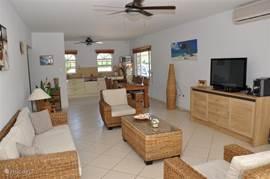 De woonkamer is ruim opgezet en heeft een groot flatscreen en audio installatie.