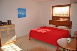 De 2e slaapkamer heeft ook een twee persoons kingsize boxspring bed.