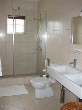 De tweede badkamer.