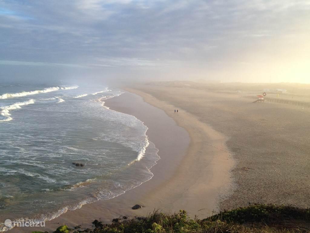 Prachtig zicht bij het opgaan van de zon na een zomerse ochtendwandeling naar Praia da Consolação!