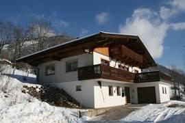 Luxe 12 p chalet,6 slaapkrs, 4 badkrs, sauna. Ruime woonkrs& keuken. Zonneterras op zuiden met spectaculair uitzicht op  Kitzsteinhorn en Kaprun. Parkeerruimte op eigen terrein voor 4 auto's. Dichtbij de skigebieden van Kaprun, Zell am See, Saalbach en Kitzbühel. Voor groepen en grote gezinnen.