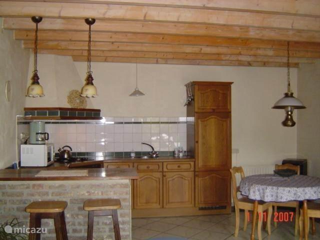 Ruime open keuken met bar en eettafel
