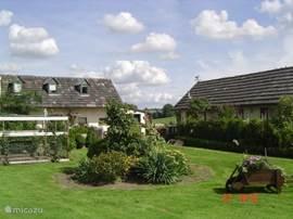 De vakantieverblijven gelegen in een hele bosrijke omgeving in een dal tussen glooiende weilanden in het heuvellandschap in een stiltegebied net buiten het dorp mechelen.Heel centraal vlak bij belgië en duitsland ideaal voor fietsen wandelen,golf,natuur.