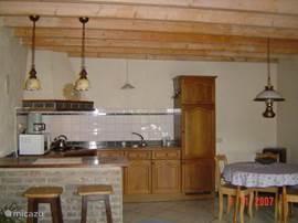 keuken en bar en eethoek