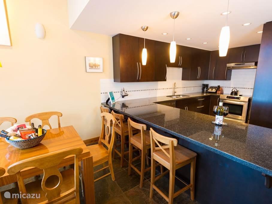 uitgebreide keuken met volop ruimte