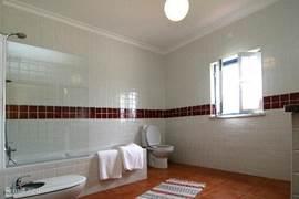 1 van de 2 badkamers met dubbele wastafel, bidet en toilet