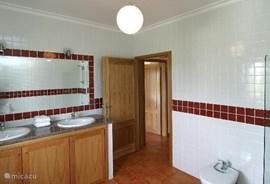 Een van de 2 badkamers ligt ensuite aan de hoofdslaapkamer.