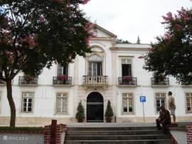 Vlakbij het gemeentehuis in het dorpje zelf.
