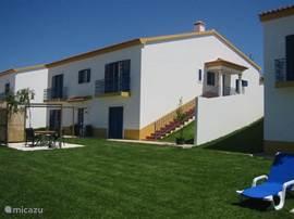 Voorkant villa's met huis III op de voorgrond.