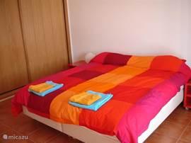 Een van de slaapkamers met linnengoed voor zowel de bad-als slaapkamer.