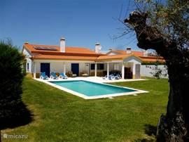 Wordt dit uw volgende vakantiestek. Heerlijke tuin met zwembad en terras. Villa is voorzien van alle gemakken.