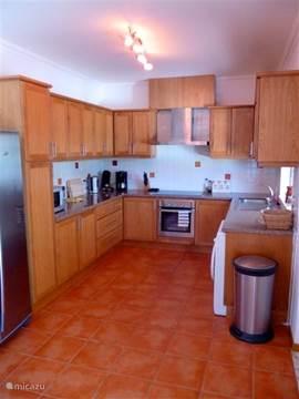 Open keuken grenzend aan de woonkamer en het terras.