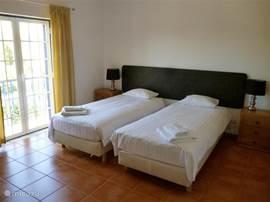 1 van de 4 slaapkamers. Alle slaapkamers zijn na de bouw in 2008 voorzien van hotelbedden.