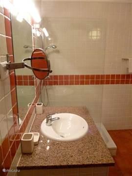 Zowel bad als bedlinnen zijn inbegrepen.