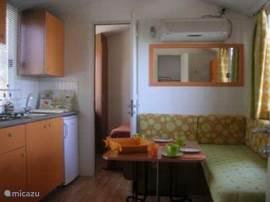 Living met open keuken en airco