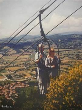 Postkaart van tweepersoons kabellift in Gubbio