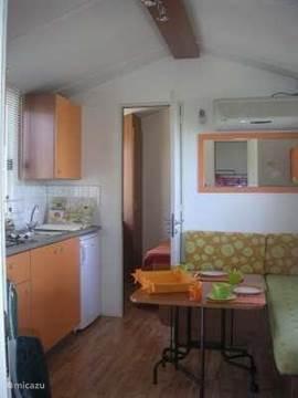 De woonkamer met airconditioning.