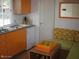 De inbouwkeuken met microgolfoven, koelkast, koffieapparaat geeft u een huiselijk gevoel. Alle keukenmaterialen zijn aanwezig.
