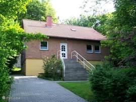 Harzlich welkom in onze grote (140m2), gezellige vakantiewoning in Blankenburg. Rustig gelegen tegen een bosrand met een mooie besloten . Kindvriendelijk met speeltoestellen. Centraal gelegen in een prachtig natuur/wandelgebied.