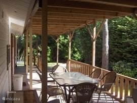De bungalow is uitgerust met alle comfort zoals een flatscreen met DVD speler, moderne keuken met afwasmachine e.d. Er is een tuin van 240 m2, erg prive, met een veranda!