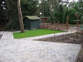 Er zijn 2 terrassen, 1 extra groot en een kleinere aan de andere kant van de bungalow! Nieuw tuinmeubilair is aanwezig.