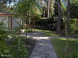 De ene ingang van de tuin