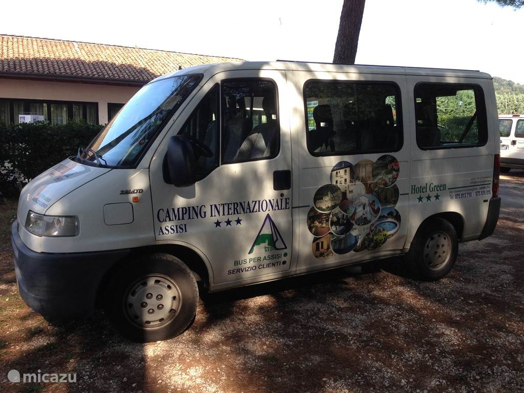 De camping biedt vervoer aan naar Assisi.