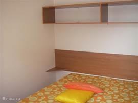 Gezellige slaapkamer met een 2-persoonsbed. Bij uw boeking hebt u de mogelijkheid om een linnenpakket te reserveren. Uw bedden zijn dan opgemaakt bij aankomst.