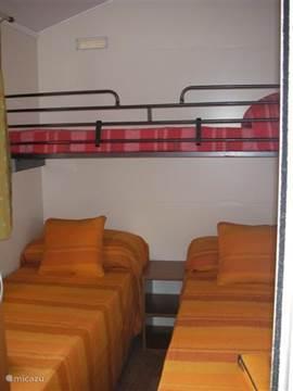 Slaapkamer met 3 eenpersoonsbedden.