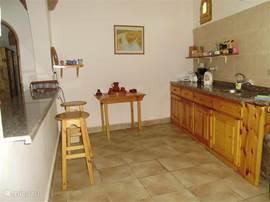 Geräumige Küche komplett ausgestattet.