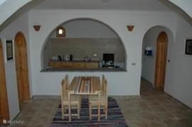 Wohnzimmer und Küche mit Essbereich.